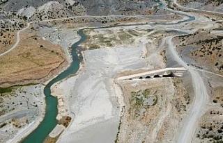 Altından suların aktığı tarihi köprü sular...
