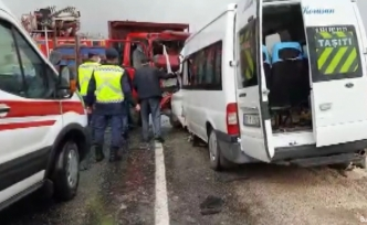 Kamyonetle minibüs çarpıştı: 1 ölü, 12 yaralı