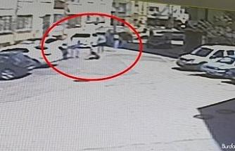 Sokakta yürüyen gençlere silahlı saldırı: 2 kişinin vurulduğu anlar kamerada