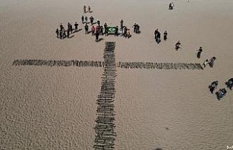 Copacabana Plajı'na Covid-19'dan ölenler anısına 500 gül dikildi