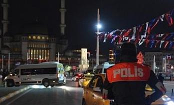 Taksim'de polisin denetlediği taksiciye yoldan geçen kadından küfürlü tepki