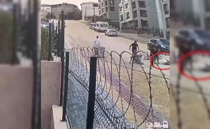 Arkadaşlarıyla bisiklet süren çocuk taşlı yolda metrelerce savruldu