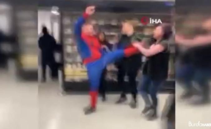 İngiltere'de örümcek adam kostümlü şahıs süpermarkettekilere saldırdı