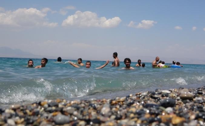 Van Gölü'nün mavi bayraklı plajı tatilcilerin akınına uğradı