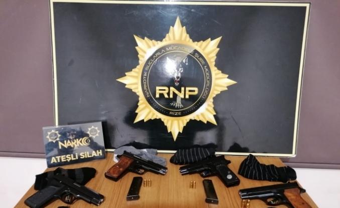 Çorapların içindeki tabancalar polisin dikkatinden kaçmadı