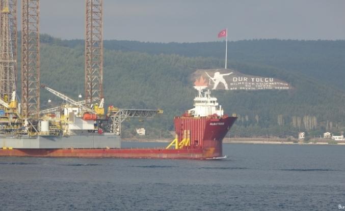 Dev platform taşıyan gemi Çanakkale Boğazı'nda