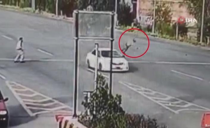 Aşırı hız yapan otomobil sürücüsünün çarptığı polis havada taklalar attı