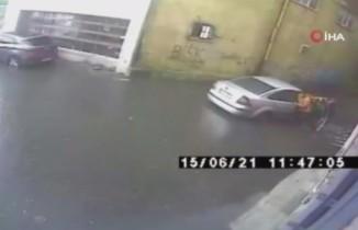 Aracıyla hızla girdiği su birikintisinde mahsur kaldı
