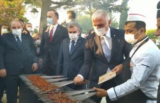 Bakan Ersoy ciğer kebabı pişirdi, Bakan Varank ise izledi