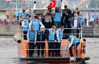 Denizin altına oksijen verecek cihazı bakan Murat Kurum İzmit Körfezi'ne bıraktı