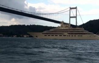 'Dilbar' İstanbul Boğazı'ndan geçti
