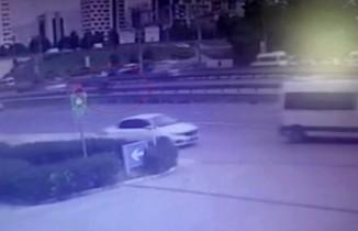 E-5 Kartal'da yolun karşısına geçmeye çalışan yayaya motosikletin çarptığı anlar kamerada