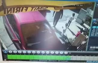 El freni çekilmeyen otomobil fırına girdi, faciadan dönüldü