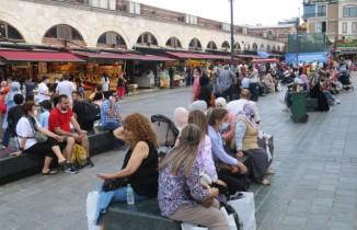 """Eminönü'nde kısıtlamasız ilk pazar günü """"iğne atsan yere düşmez"""" dedirten görüntüler"""