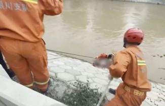 Kanala düşen kadını itfaiye erleri son anda kurtardı